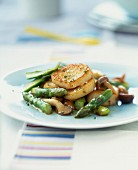 Pan-fried scallops with asparagus and mushrooms