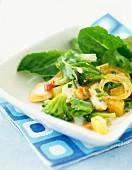 Salat mit Hähnchen, Brokkoli, Gruyere und Speckwürfeln