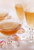 Gläser mit Rosé-Champagner