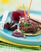 Lamm-Burger mit karamellisierten roten Zwiebeln