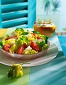 Salat mit rohen Jakobsmuscheln und rosa Grapefruit