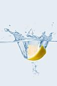 Zitronenschnitz fällt ins Wasser