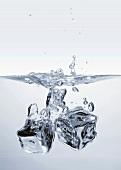Zwei Eiswürfel fallen ins Wasser