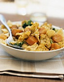 Curry-flavored farfalle and vegetable salad