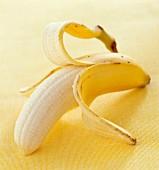 Eine halb geschälte Banane