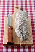 Luftgetrocknete Salami auf einem Holzschneidebrett