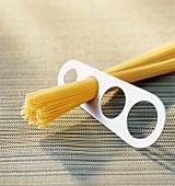 Spaghetti measuring utensil