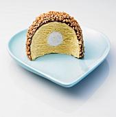 Eisdessert mit Krokantstreuseln auf einem Teller
