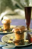Pieds de porc croustillant aux cêpes assiette argent verre vin rouge violet flou tendance chef