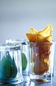 Birnenstilleben mit frischen und getrockneten Birnen im Glas