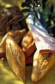 Baguettebrötchen mit einem Olivenzweig
