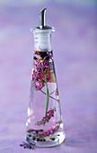 Flasche mit Lavendelessig