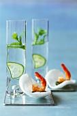 Gin Tonic und Krabbenchips mit Garnele