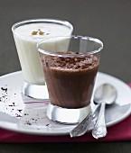 Schokoladen-Milchshake und Joghurt-Lassi