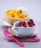 Himbeeren und Brombeeren mit Schlagsahne, Melonenbällchen mit Muskatwein Baumes-de-Venise