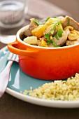 Schmortopf mit Schweinefleisch, Obst, Chili und Erdnüssen