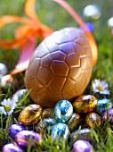 Schokoladen-Ostereier im Garten