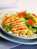 Gegrilltes Hähnchenschnitzel auf Paprikareis mit Salat