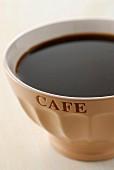 Kaffee in einer Trinkschale
