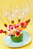 Spiesschen fürs Partybüffet: Oliven, Käse, Salami und rote Paprika