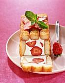 Charlotte mit Joghurt und Erdbeeren