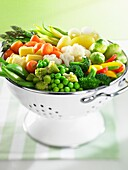 Frisches Gemüse in einem Abtropfsieb