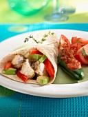 Hähnchen-Avocado-Fajita mit Tomaten