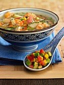 Suppe mit Garnelen, Tomaten, Mais und Äpfeln