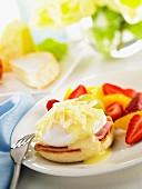 Muffin mit Schinken, pochiertem Ei und Käse
