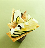 Crackers mit Zucchinistreifen und Käse