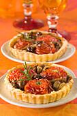 Mürbteigtörtchen mit eingelegten Tomaten