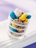 Kristallisierte Mandeln mit bunt gefärbtem Zucker