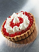 A redcurrant tartlet with meringue