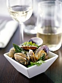 Meeresmuschel-Nage mit grünen Spargelspitzen und Muskadet-Wein