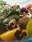 Salat aus verschiedenen Tomatensorten mit Trüffel und Stiefmütterchen