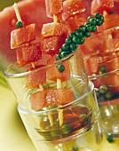 Karamellisierte Wassermelonenspiesse mit grünem Pfeffer