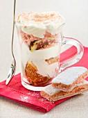 Feigen-Trifle mit rosa Biskuit
