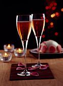 Champagnercocktail mit Rosenblüten