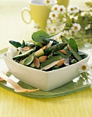 Grüner Frühlingssalat mit Spargel, Babyspinat und gerösteten Mandeln