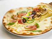 Pizza mushroom-zucchini-cured ham