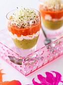Guacamole und Gazpacho mit Alfalfasprossen im Glas