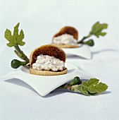 Dried figs filled with ricotta, quinoa and walnuts