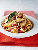 Bandnudeln mit Thunfisch-Paprika-Sauce und Basilikum