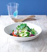 Griechischer Salat in einem tiefen Porzellanteller