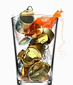 Leere Konservendosen in einem grossen Glas