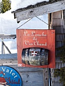 Originelles Schild für Glühweinverkauf in Megève, Frankreich