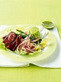 Rinderfilet mit Zwiebeln und grünen Bohnen