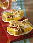 Bite-size pieces of polenta with roquefort cream and fruit