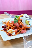 Salat aus roter Bete mit Möhrenstreifen und Ei