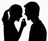 Silhouette eines Paares mit Praline